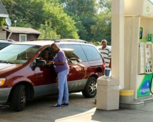 Igreja doa gasolina e aproveita tempo de abastecimento para evangelizar